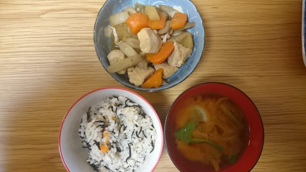 根菜たっぷり煮物とひじきご飯